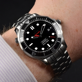 20572S_Omega_Seamaster_Professional_James_Bond_007_Collectors_Piece_Wrist_2.jpg