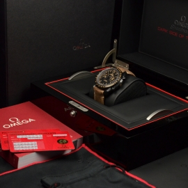 OM20456S_Omega_Speedmaster_Dark_Side_of_the_Moon_Vintage_Black_Box.JPG