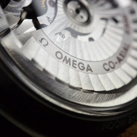 OM20456S_Omega_Speedmaster_Dark_Side_of_the_Moon_Vintage_Black_Close10.JPG