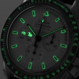 OM20796S_Omega_Speedmaster_Apollo_13_Snoopy_Edition_Close1.jpg