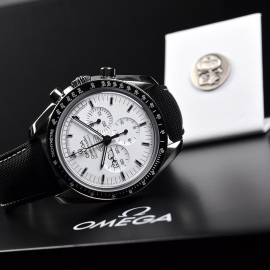 OM20796S_Omega_Speedmaster_Apollo_13_Snoopy_Edition_Close10.JPG
