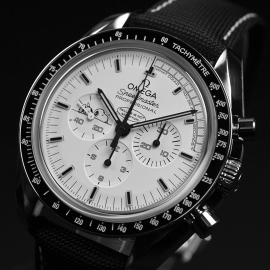 OM20796S_Omega_Speedmaster_Apollo_13_Snoopy_Edition_Close2.JPG