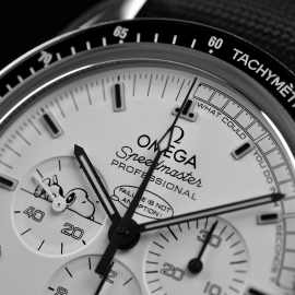 OM20796S_Omega_Speedmaster_Apollo_13_Snoopy_Edition_Close4.JPG