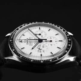 OM20796S_Omega_Speedmaster_Apollo_13_Snoopy_Edition_Close8.JPG