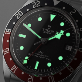 TU21367S Tudor Black Bay GMT Pepsi Bezel Close1