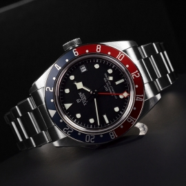 TU21367S Tudor Black Bay GMT Pepsi Bezel Close10