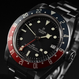 TU21367S Tudor Black Bay GMT Pepsi Bezel Close2