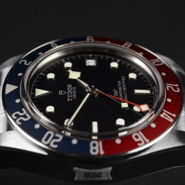TU21367S Tudor Black Bay GMT Pepsi Bezel Close8