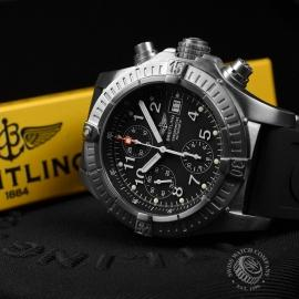 BR1837P_Breitling_Chrono_Avenger_Close10.JPG